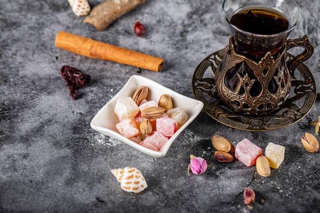 Lokum turco con un bicchiere di tè