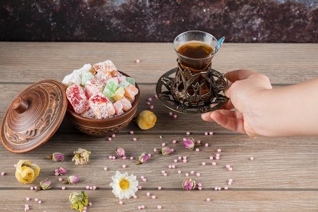 Lokum turco e un bicchiere di tè