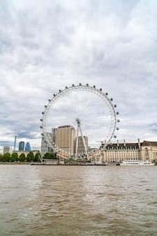 London eye con il tamigi a londra