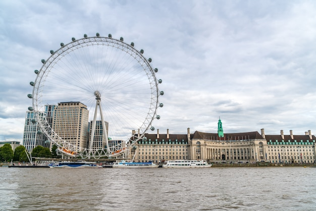 London eye con il tamigi a londra