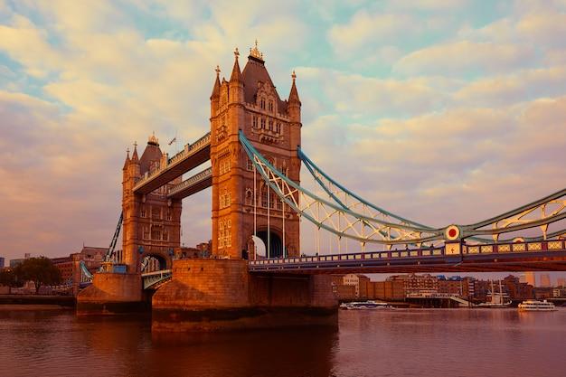 London tower bridge sul fiume tamigi