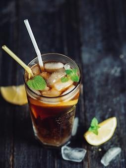 Long island cocktail sulla superficie scura