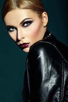 Look di alta moda look.glamor closeup ritratto della bellissima sexy elegante giovane donna caucasica modello con trucco moderno luminoso, con labbra rosso scuro, con una pelle pulita perfetta