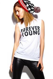 Look di alta moda look.glamor modello elegante bella giovane donna con labbra rosse in panno hipster in berretto colorato