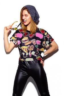 Look di alta moda look.glamor modello elegante bella giovane donna con labbra rosse in panno hipster in berretto