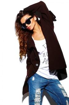 Look di alta moda look.glamour elegante modello giovane e bella donna bruna in panno luminoso hipster estate in bicchieri in cappotto