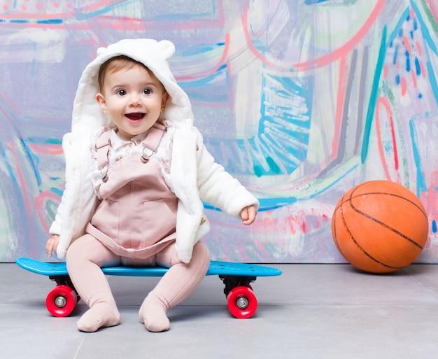 Look urbano bambino con tavola da skate