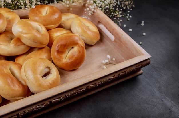 Lotto di bagel freschi su un vassoio di legno.