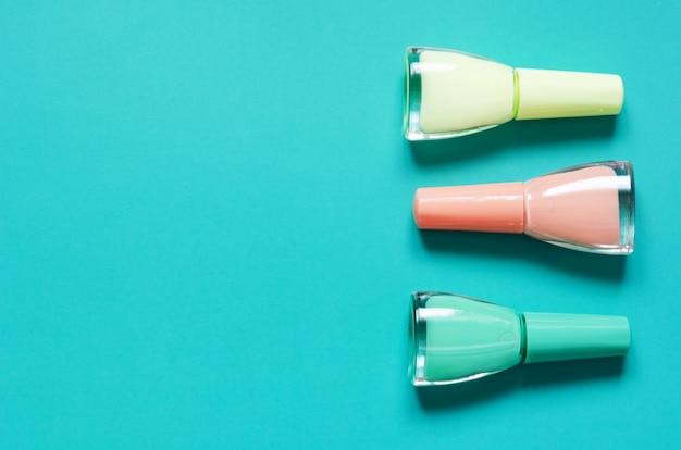 Lotto di bottiglie di smalto per unghie su turchese