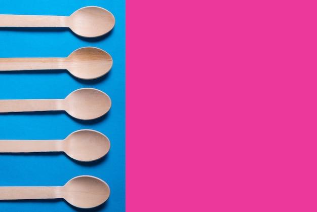 Lotto di cucchiai di legno su sfondo colorato