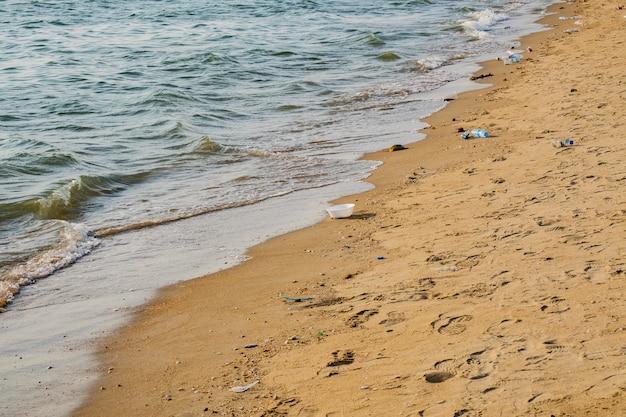 Lotto di spazzatura in spiaggia