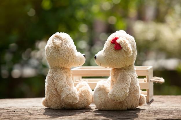 Lovely kiss orsacchiotto su legno e scatola di legno concetto di amore e tenerezza