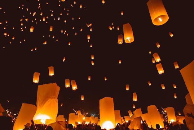 Loy krathong festival, festa di capodanno thailandese con lanterne galleggianti rilascio nel cielo notturno