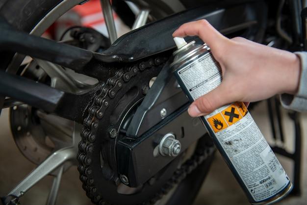 Lubrificazione della catena della motocicletta con grasso spray per catena