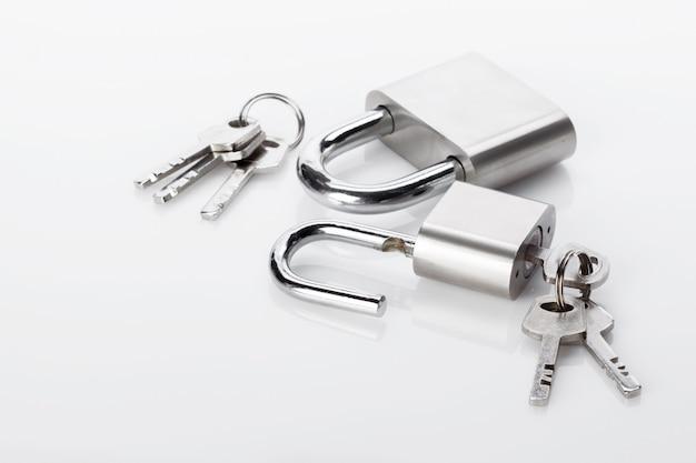 Lucchetto d'argento isolato sul bianco