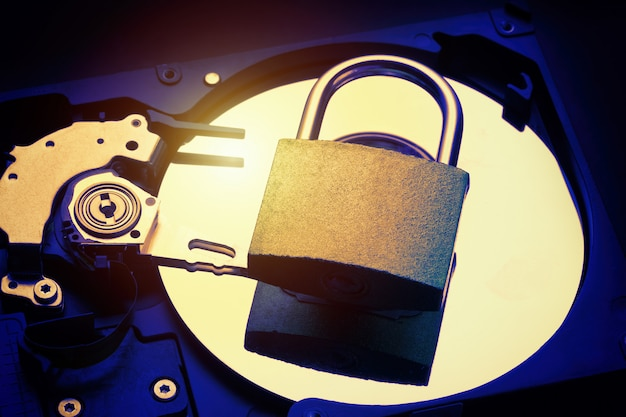 Lucchetto sul disco rigido del computer hdd. concetto di sicurezza delle informazioni sulla privacy dei dati internet.