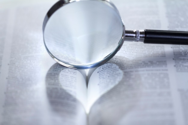 Luce a forma di cuore attraverso una lente d'ingrandimento