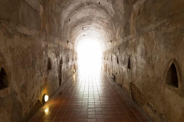 Luce alla fine del tunnel della caverna