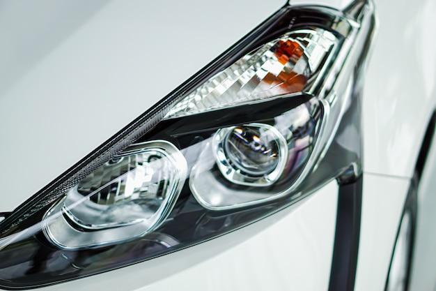 Luce anteriore della nuova auto tecnologica moderna in showroom