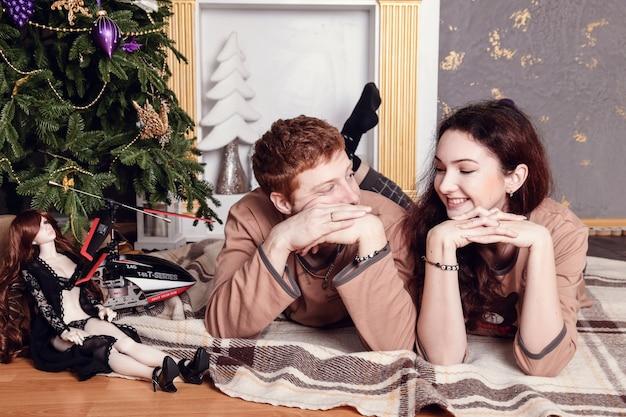 Luce calda delle giovani coppie casuali sorridenti felici