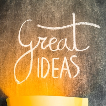Luce che cade sul testo di grandi idee sulla lavagna