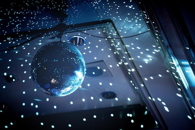 Luce da discoteca nella sala da feste al coperto, la luce del fascio è bellissima.