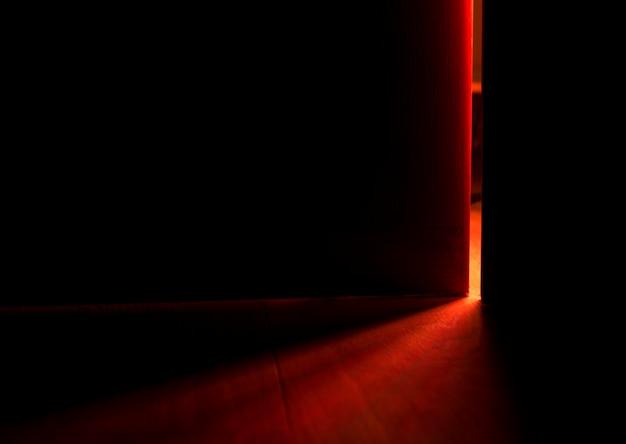 Luce da una porta aperta