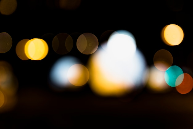 Luce del bokeh defocused su sfondo nero