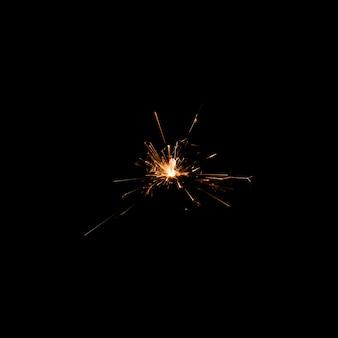 Luce del fuoco d'artificio di angolo basso alla notte sulla festa