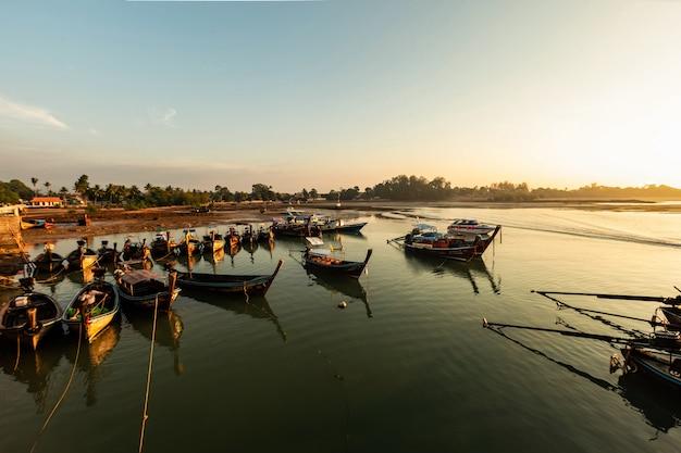 Luce del mattino in un molo a krabi, in thailandia