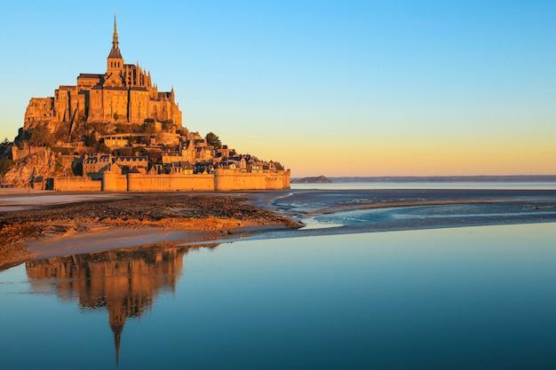 Luce del mattino su mont saint michel in normandia, francia