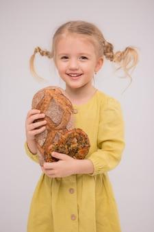 Luce del pane della ragazza del bambino