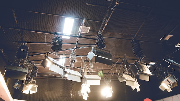 Luce del punto che emette luce sul fondo del soffitto dello studio.