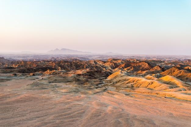 Luce del tramonto su sterili vallate e canyon