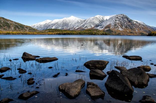 Luce dell'alba in questo tranquillo lago di montagna