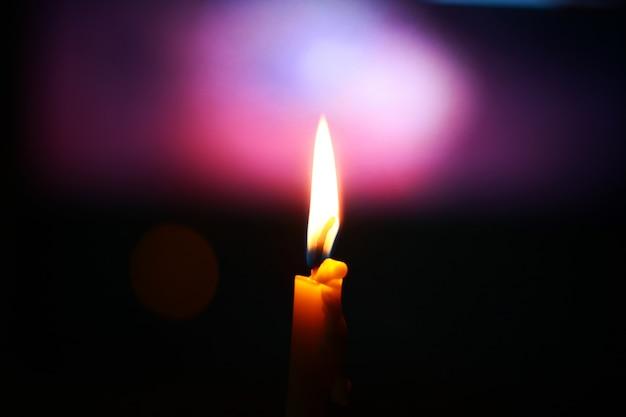 Luce della candela con sfondo bokeh