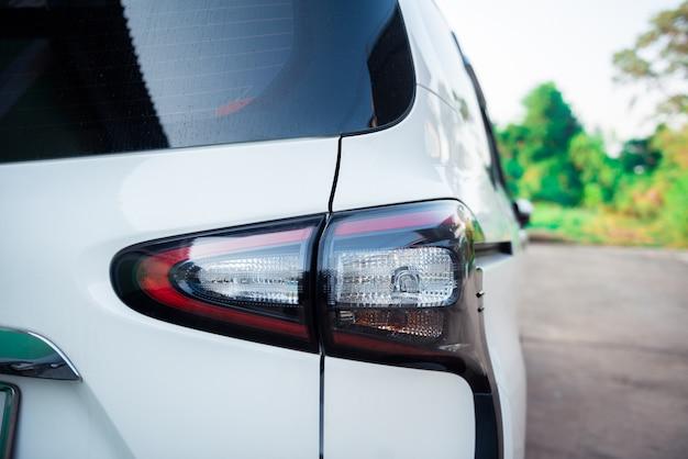 Luce della coda di parcheggio auto moderna sulla strada con sfondo albero