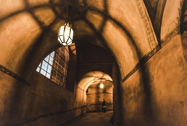 Luce della lampada e ombre nel corridoio misterioso