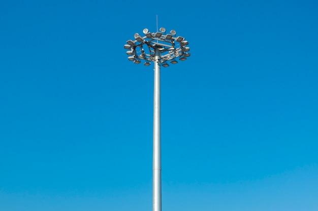 Luce dello stadio su cielo blu