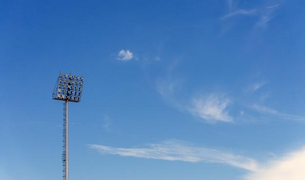 Luce dello stadio sul fondo del cielo blu, con lo spazio della copia per testo.