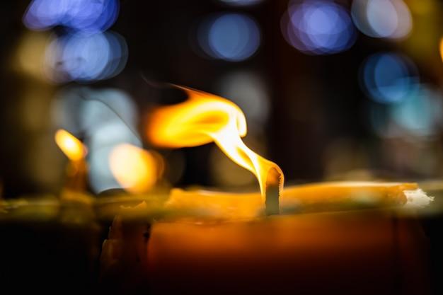 Luce di candela e sfondo bokeh