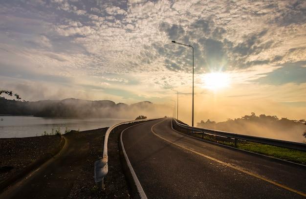 Luce di mattina, luce di sera alla provincia di surat thani della diga di ratchaprapha, tailandia