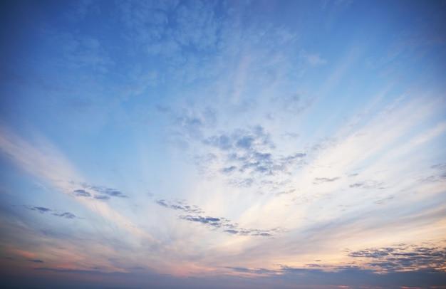 Luce dorata che splende attraverso le nuvole in una serata colorata.