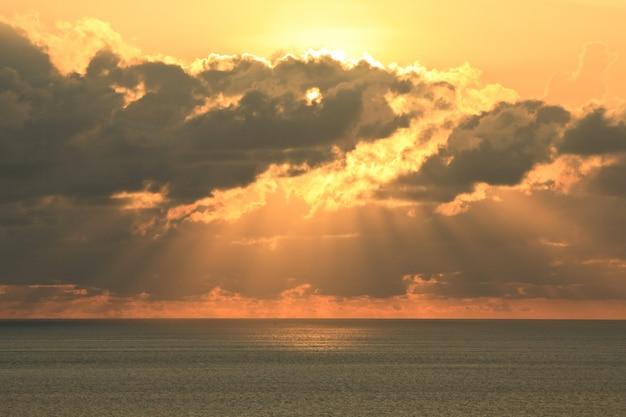 Luce dorata del tramonto sulla spiaggia