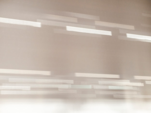 Luce e ombra bokeh. muro bianco con ombre dalla finestra.