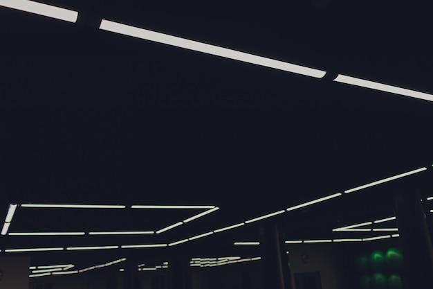 Luce moderna interna nel soffitto futuristico del centro commerciale con illuminazione.