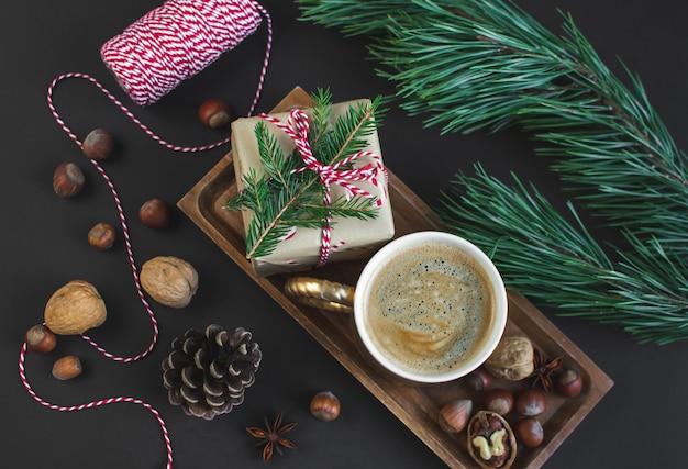 Luce naturale delle noci dei pigne dell'annata del partito del nuovo anno della decorazione naturale della decorazione dei contenitori di regalo