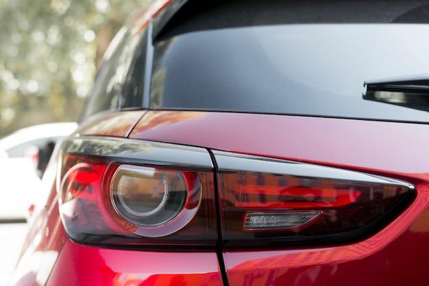 Luce posteriore elegante sulla nuova automobile rossa
