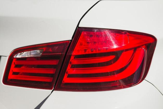 Luce posteriore moderna su nuova automobile bianca opaca