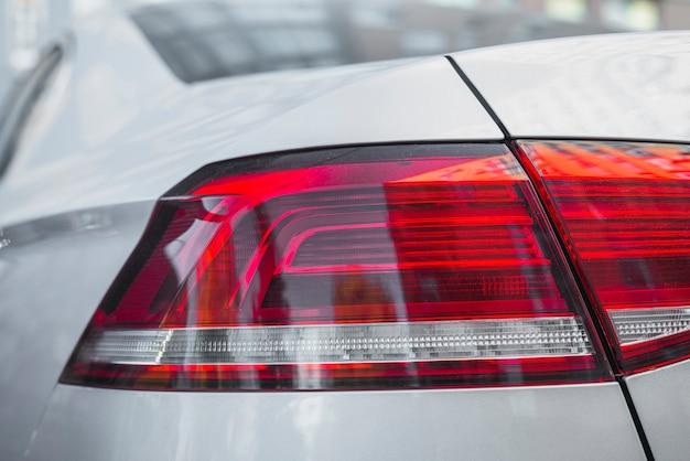 Luce posteriore moderna su nuova automobile bianca
